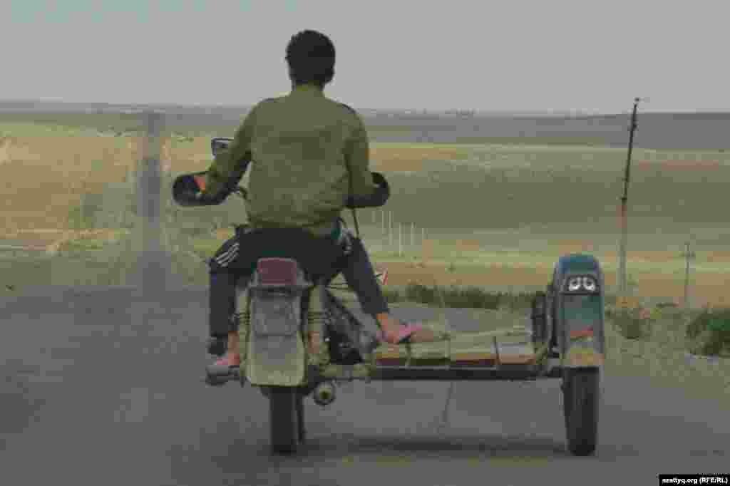 Мотоцикл - Арал ауданындағы ауылдар арасында жүретін таптырмас көлік.