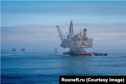 Нефтяная платформа ExxonMobil на шельфе у побережья Сахалина