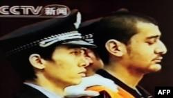 Кадр телепередачи китайской компании от 15 октября 2009 года показывает одного из шести подсудимых на суде по делу о межнациональных волнениях в Урумчи.