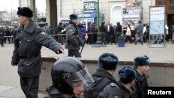 مأموران وزارت کشور روسیه در حال ورود به یکی از ایستگاههای محل انفجار