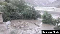 Селевой поток перекрыл русло реки Пяндж и разрушил афганское село Дуихаи