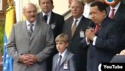 Аляксандар Лукашэнка з сынам падчас візыту ў Каракас, 2012 год