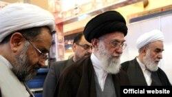 حیدر مصلحی (چپ) در بازدید شش ساعته آیتالله خامنهای از وزارت اطلاعات در اسفند ۸۹
