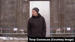Оксана Шалыгина у дверей здания ФСБ на Лубянке, месте последней акции Петра Павленского