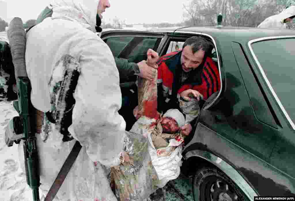Чеченські бійці евакуюють пораненого товариша на автотранспорті, який з готовністю надають місцеві жителі. Професійних машин швидкої допомоги не вистачає. Шпиталі, школи, заводи, пекарні розбомблені. Грозний, 24 січня 1995 року
