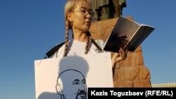 Айдана Айдархан, дочь заключенного казахского поэта и диссидента Арона Атабека, выступает с поэтической акцией, призывая власти освободить ее отца и другого участника Шаныракских событий, Курмангазы Утегенова. Алматы, 14 июля 2019 года.