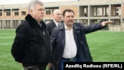 Hafiz Məmmədov (sağda) Bakı futbol klubunun stadionunu Nəqliyyat naziri Ziya Məmmədova göstərir.