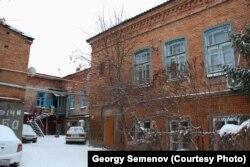 Двор здания бывшей гостиницы в Уральске, которое отнесено к памятникам истории и архитектуры местного значения. Декабрь 2018 года.