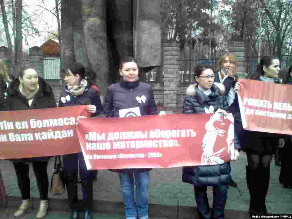 16 марта в Алматы за кинотеатром «Сары-арка» прошел санкционированный митинг против внесения законодательных поправок, предусматривающих сокращение декретных выплат для женщин, чей ежемесячный доход превышает 10 минимальных зарплат, или 186 тысяч тенге.