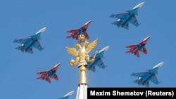 Отряд российских истребителей на параде 9 мая 2018 года в Москве