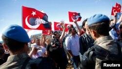 Cот имаратына кирүүгө умтулган демонстранттар. 5-август, 2013-жыл.