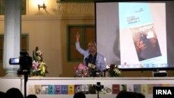 کیهان خانجانی نویسنده رمان «بند محکومین» در مراسم رونمایی از کتابش در رشت.