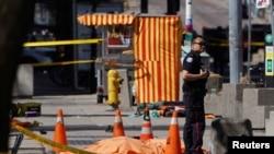 Десетина загинати откако комбе удри во пешаци во Торонто