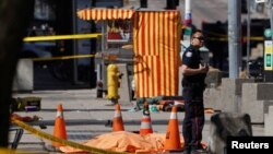 На месте инцидента, при котором фургон совершил наезд на пешеходов на оживленном перекрестке в пригороде Торонто (Канада). 23 апреля 2018 года.