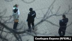 "Полицаи проверяват минувачи по столичния бул. ""Витоша"""
