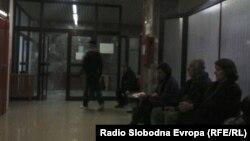 Пациенти чекаат ред за преглед во клиничкиот центар во Скопје