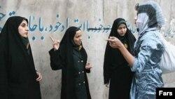 پلیس به زنان «بد حجاب» تذکر می دهد