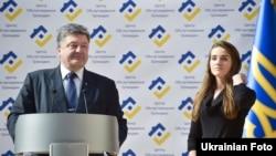 Президент України Петро Порошенко та новий керівник Одеської митниці Юлія Марушевська. Одеса, 16 жовтня 2015 року