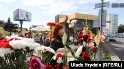 Люди возлагают цветы в память о протестующем, погибшем в Минске во время акции протеста против результатов выборов