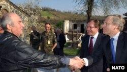 Крепкие аргументы. Лидеры сербской общины Косова угощают генерального секретаря НАТО (справа)