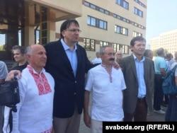 Ігар Комлік, Кемаль Эзкан і Генадзь Фядыніч (зьлева направа) пасьля суду. 24 жніўня 2018 году
