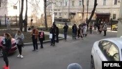 Очередь из желающих сдать за свой счет тест на коронавирус в Москве
