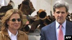 تسیپی لیونی در کنار جان کری، وزیر خارجه آمریکا