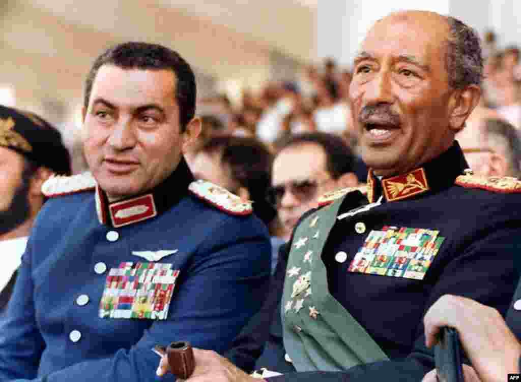 ۱۹۸۱/ با انور سادات، رئیس جمهور وقت مصر - حسنی مبارک که از سال ۱۹۷۵ در سمت معاون انور سادات ایفای نقش میکرد در سال ۱۹۸۱ پس از ترور سادات قدرت را در دست گرفت