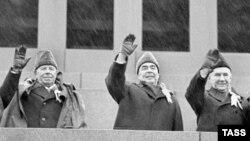 Леонид Брежнев (уртада) Кызыл мәйданда