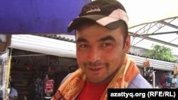 Продавец шаурмы на центральном рынке Оматбек Борушев. Семей, 18 июня 2012 года.