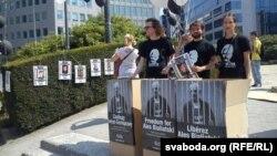 Пікет Міжнароднай фэдэрацыі правоў чалавека супраць прыезду У.Макея ў Брусэль