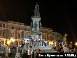 Памятник Екатерине, страсти вокруг которого кипят по сей день. По слухам, возле него регулярно дежурит милицейская машина с целью охраны от посягательств