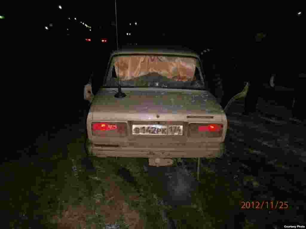 Стекло авто, разбитое дубинками полицейских. Вечер 24 ноября.