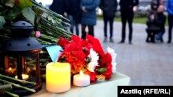 Цветы и свечи в память о погибших у здания аэропорта Казани