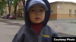 Мальчик Ибрагим Сулейменов, который оказался в Чехии вместе с родителями-беженцами. Фото сделано в лагере беженцев в городе Костелец над Орлици в апреле 2008 года, спустя месяц после того, как врачи обнаружили болезнь в тяжелой форме.