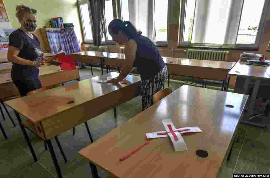 Вчителі готують клас до навчання в Скоп'є 1 вересня. Уряд ухвалив рішення відкласти початок навчального року через нинішню ситуацію в країні з пандемією COVID-19. Було вирішено, що всі школи почнуть роботу 1 жовтня, і все ще тривають дебати про те, як проводити навчання
