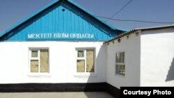 Старое одноэтажное здание средней школы в Шымкенте.