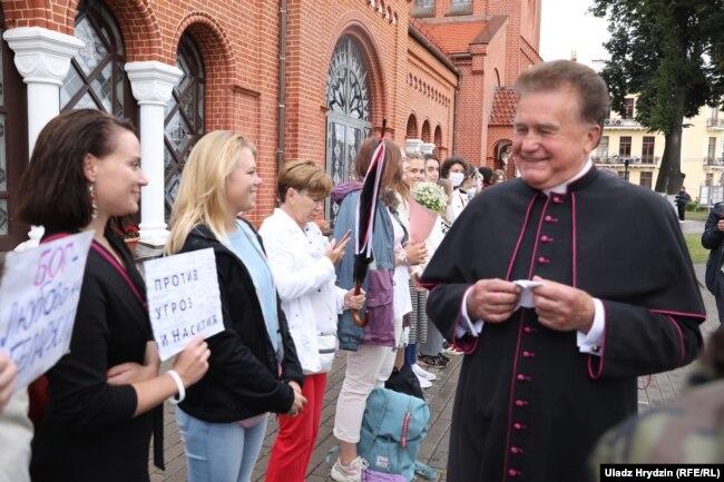 Цепь солидарности женщин вокруг Красного костела в Минске
