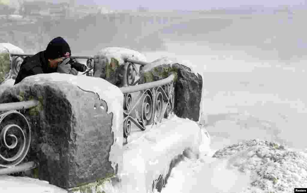 Турист на канадской стороне водопада. 8 января 2014 года.