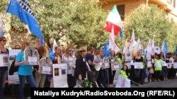 Демонстранти біля посольства України в Римі, 16 квітня 2015 року