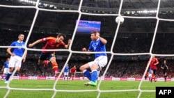 Ուկրաինա - «Եվրո - 2012»-ի եզրափակիչում Իսպանիայի հավաքականի կիսապաշտպան Դավիդ Սիլվան առաջին գնդակն է ուղարկում Իտալիայի հավաքականի դարպասը, Կիեւ, 1-ը հուլիսի, 2012թ.
