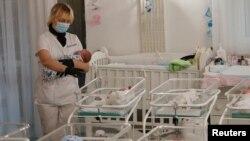 Медсестра і новонароджені в готелі «Венеція», що належить клініці BioTexCom у Києві, 15 травня 2020 року