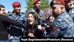 Ոստիկանները փորձում են բերման ենթարկել ցուցարարին, Երևան, 16-ը ապրիլի, 2018թ․