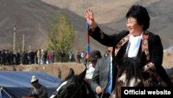 Роза Отунбаева, в бытность президентом Кыргызстана, на одном из национальных празднований в Гулча, Алайский район Ошской области.