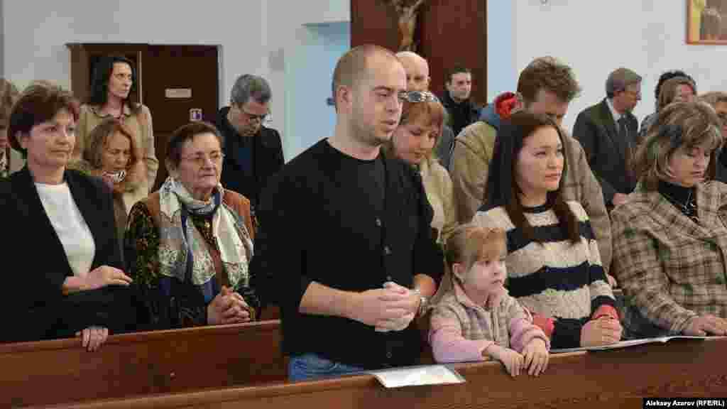 Месса в Римско-католическом соборе прихода Пресвятой Троицы по случаю 80-летия депортации поляков. Алматы, 5 ноября 2016 года.