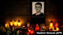 Свечи у фотографии убитого журналиста Яна Куцьяка. Братислава, 26 февраля 2018 года.