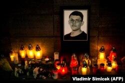 Свічки й портрет словацького журналіста Яна Куціака в Братиславі, 26 лютого 2018 року