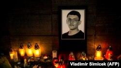 Импровизированный мемориал Яна Куциака у офиса Aktuality.sk в Братиславе, где он работал.