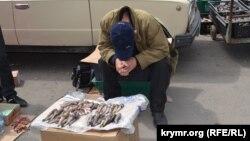 В Керчи рыбак продаёт свежую рыбу. Июль 2014 года.
