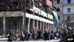 Civili din zona de este a orașului Alep.